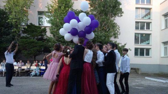 Власти Крыма запретили проведение выпускных вечеров из-за COVID-19