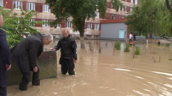 Глава Крыма в резиновых сапогах по колено в воде осматривает Керчь
