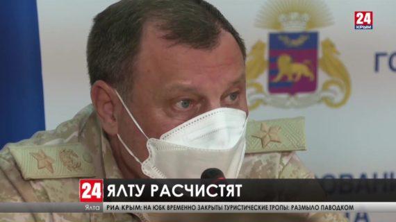 В Керчи и Ялте продолжают работать сотрудники МЧС и военные