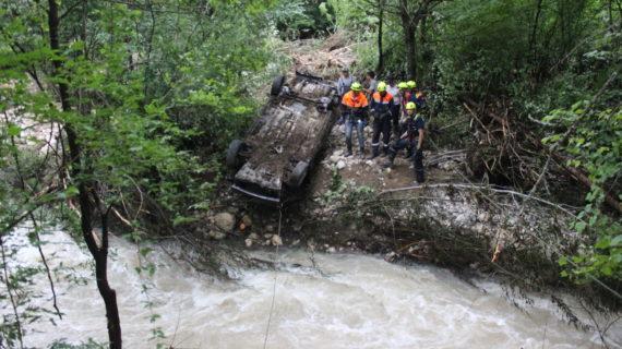 Спасатели достали из реки Коккозка автомобиль, который снесло потоком воды