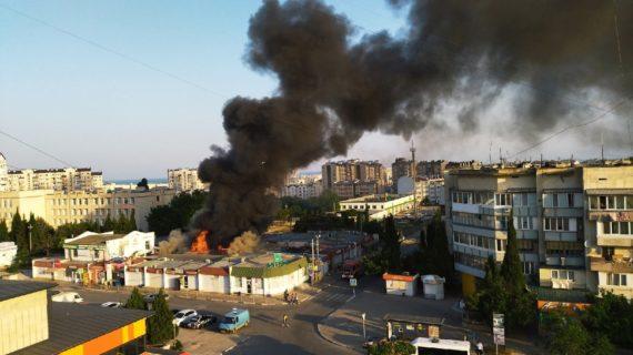На Шевченковском рынке в Севастополе загорелись торговые павильоны