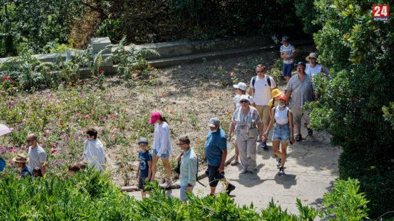 Толпы туристов и огромные очереди к кассам: Что происходит на территории Воронцовского дворца в пик курортного сезона