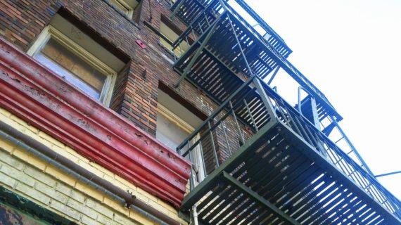 Администрация Красногвардейского района намеревалась выдать девушке-сироте квартиру в аварийном доме