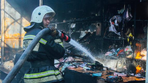 Огонь повредил 21 торговый павильон на Шевченковском рынке в Севастополе