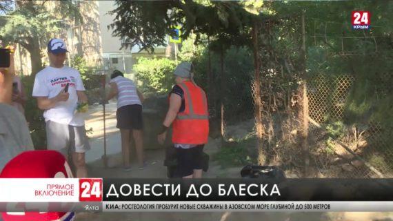 Пострадавшие от потопа улицы Ялты очищают вручную