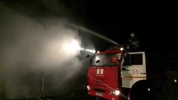 В крымском курортном посёлке загорелись заброшенные колхозные постройки
