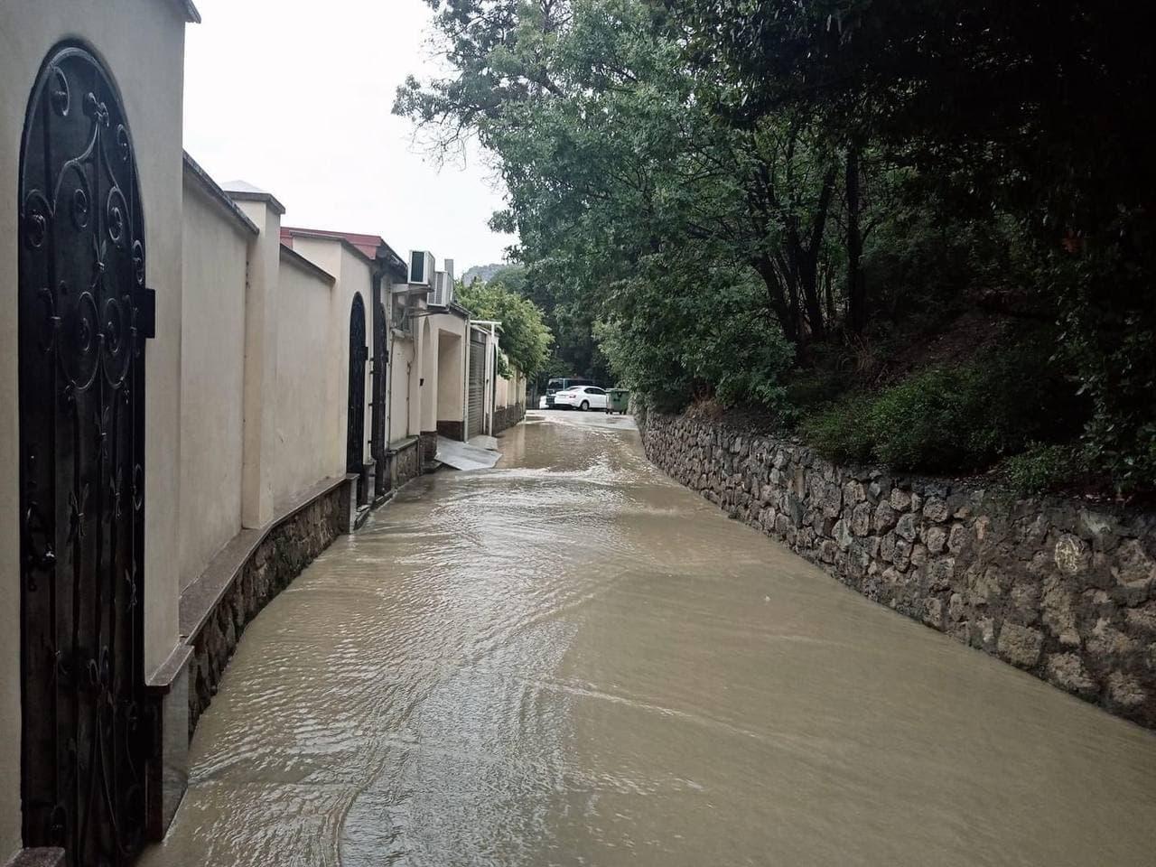 В Крыму и Севастополе 4 июля 2021 снова ливни: сходят сели, есть подтопленные дома и дороги. Прямая онлайн-трансляция