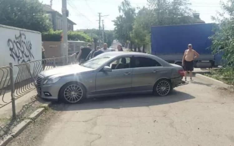 В Симферополе столкнулись грузовик и иномарка. Есть пострадавшие