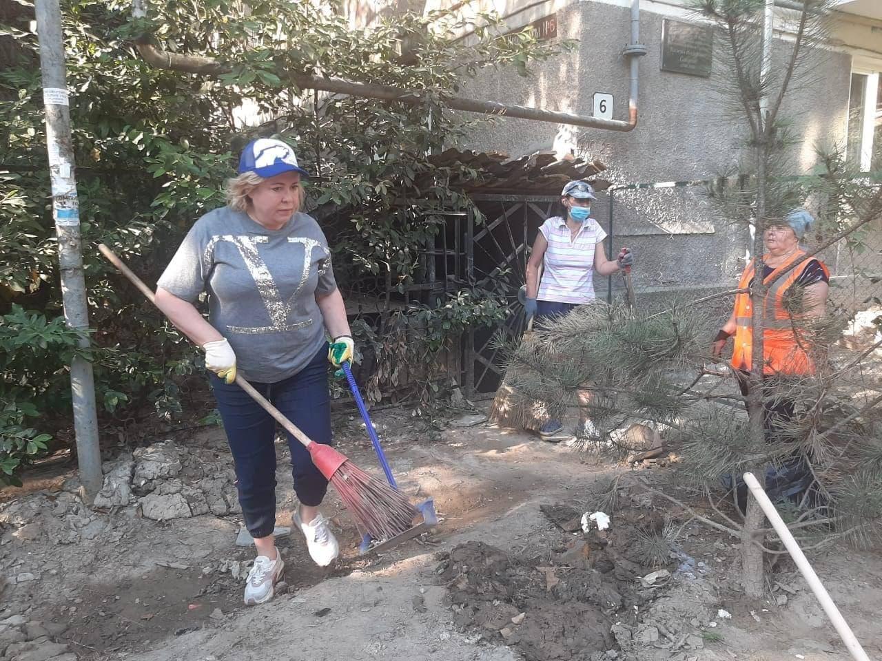 В Ялте с самого утра начали убирать улицы, которые сильно пострадали из-за наводнения