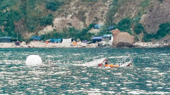Затонувший у мыса Фиолент прогулочный катер отбуксировали к берегу. Видео