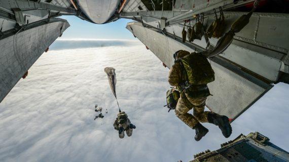 Аксёнов поздравил личный состав и ветеранов с Днем ВДВ