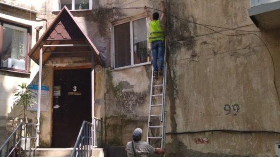 В Симферополе коммунальщики убирают с фасадов домов «интернет-гирлянды»