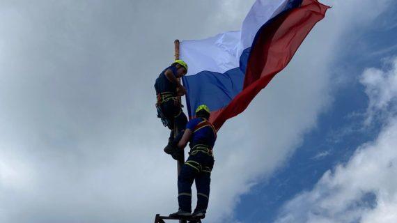 Спасатели установили флаги России на вершинах двух крымских гор