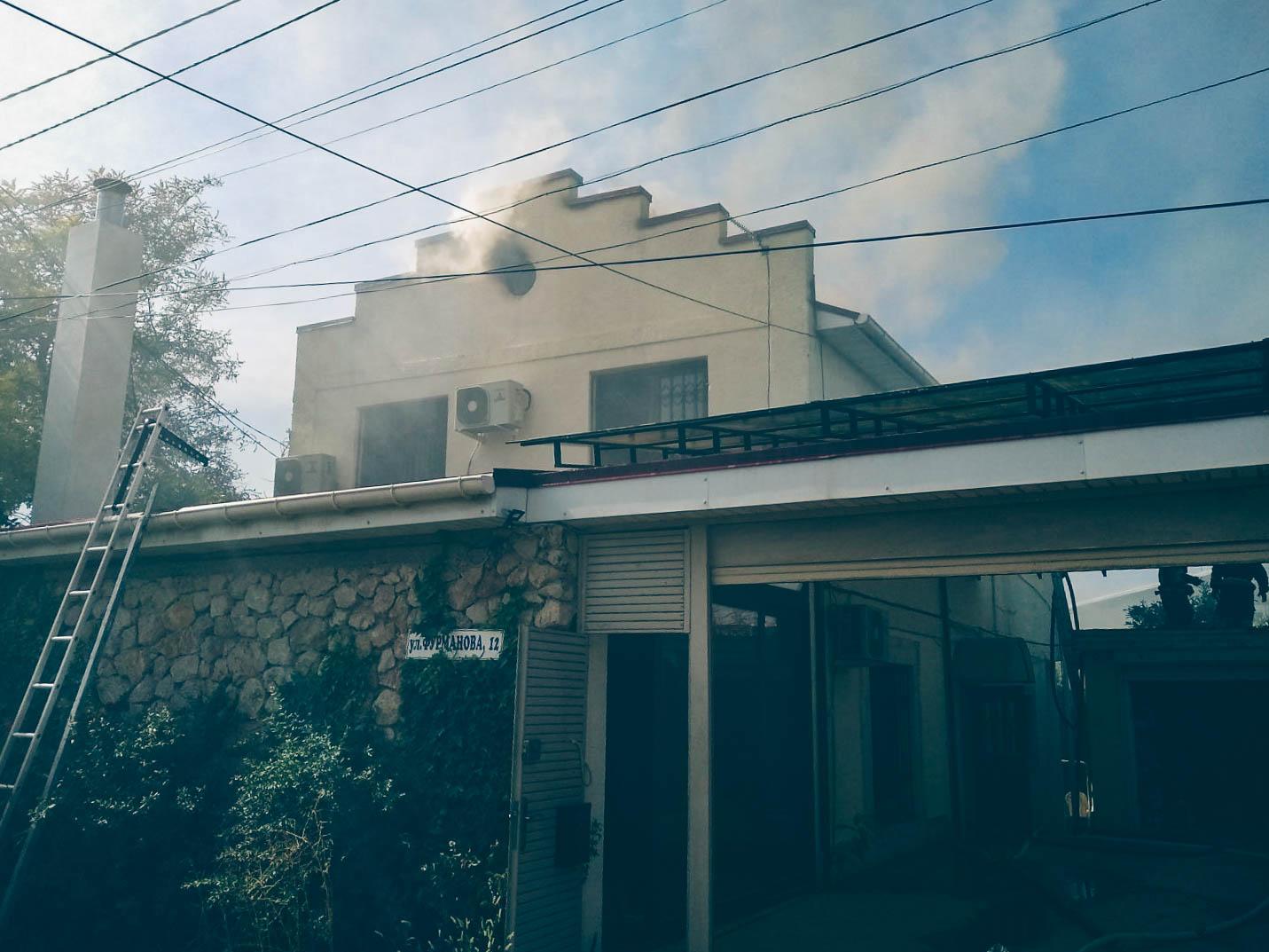 В Севастополе загорелся частный дом