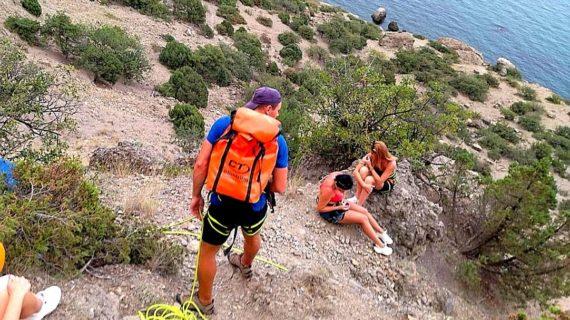 Крымские спасатели помогли девушкам спуститься с горы Алчак-Кая
