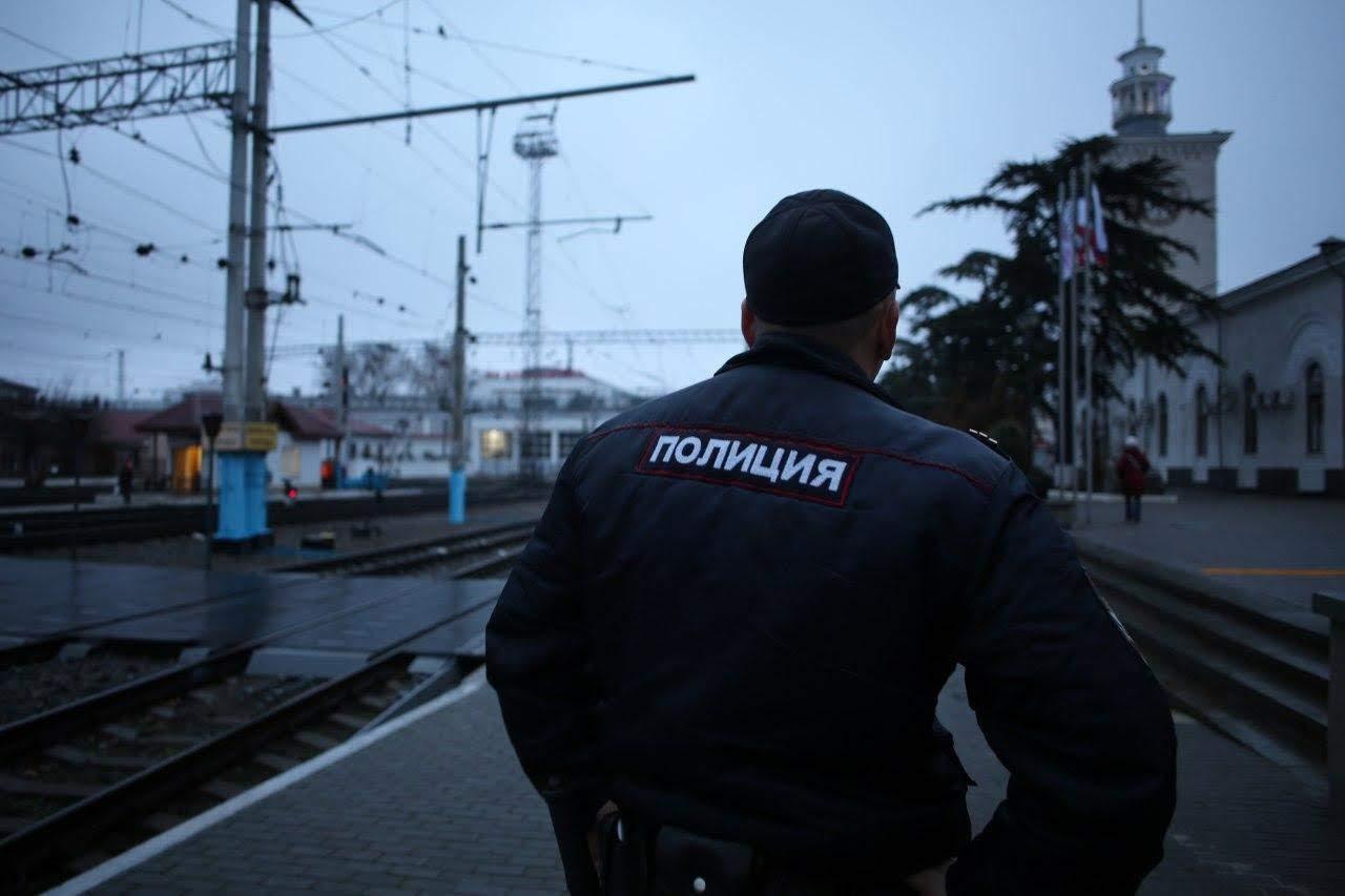 В Крыму полицейские спасли девочку, которая чуть не сорвалась с трубы котельной