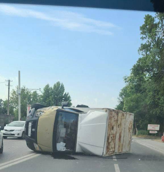 В Симферополе перевернулся грузовик