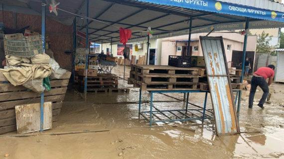На подтопленном рынке в Керчи уходит вода. Фото