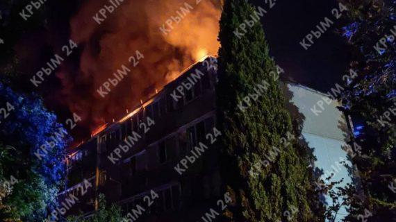 В Ялте загорелся чердак многоэтажки. Жильцов дома эвакуировали
