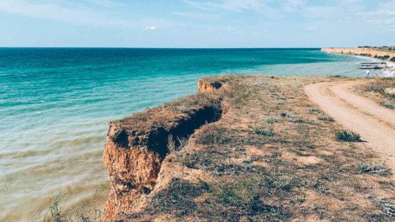 В Севастополе на пляже обвалилась часть берега