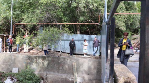 Отрезанные от мира: В Ялте снесли забор, который перегородил проход через мост в центр города