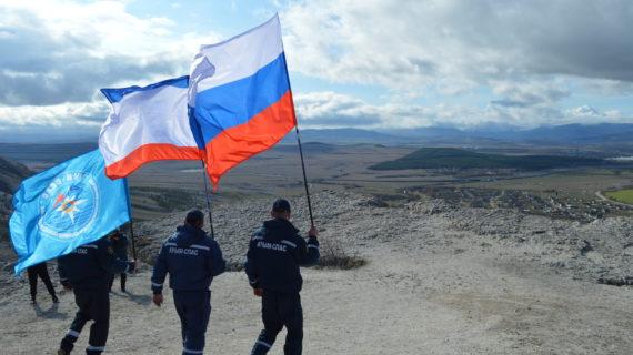 В пятницу алуштинские спасатели поднимут флаг Крыма на вершину горы Чатыр-Даг