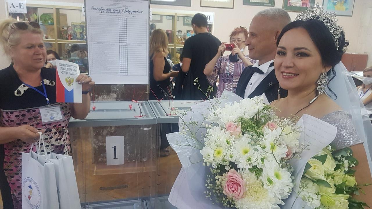Из ЗАГСа на выборы: В Евпатории молодожены из Москвы проголосовали на одном из участков