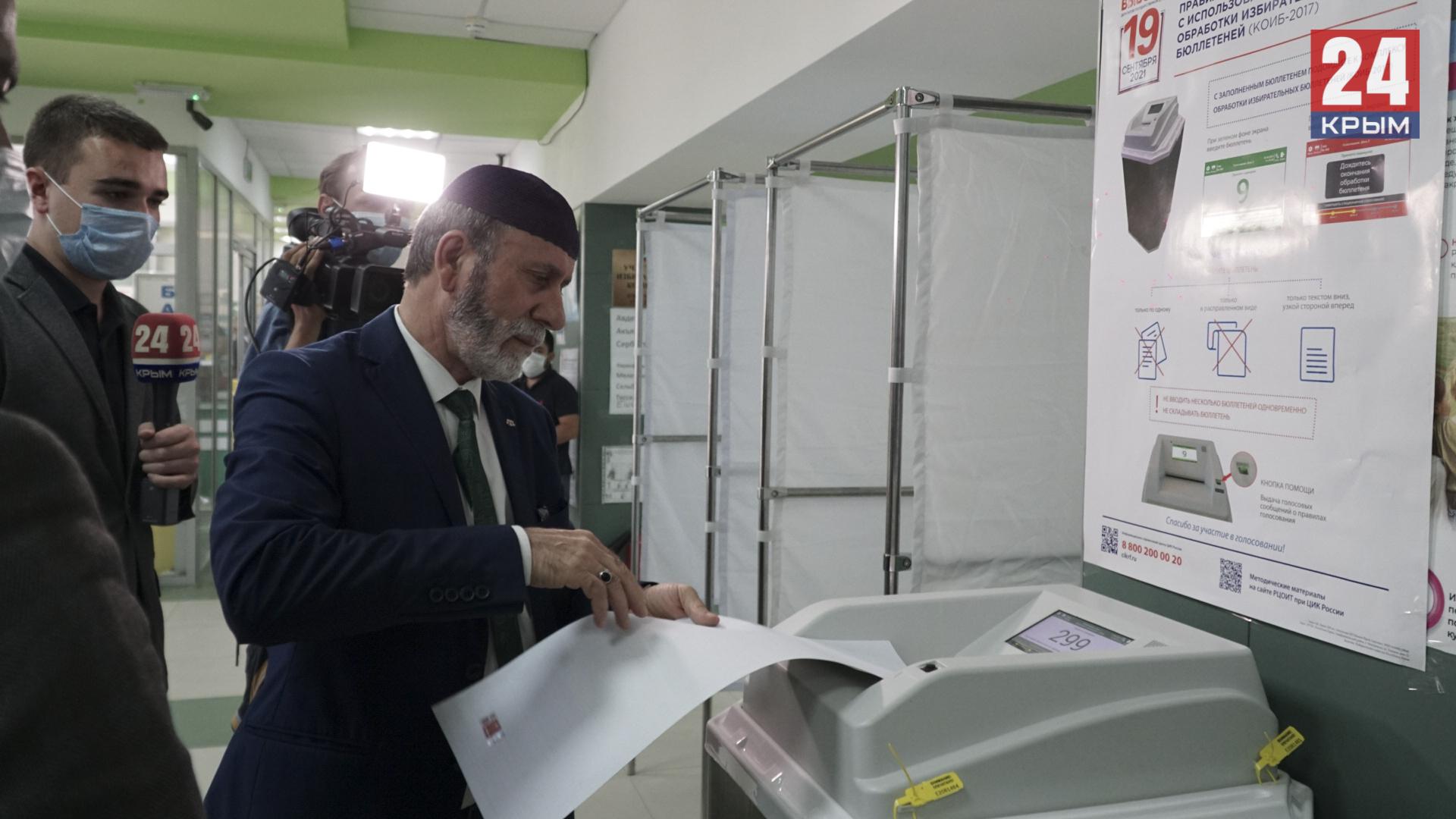 Муфтий Крыма проголосовал на избирательном участке