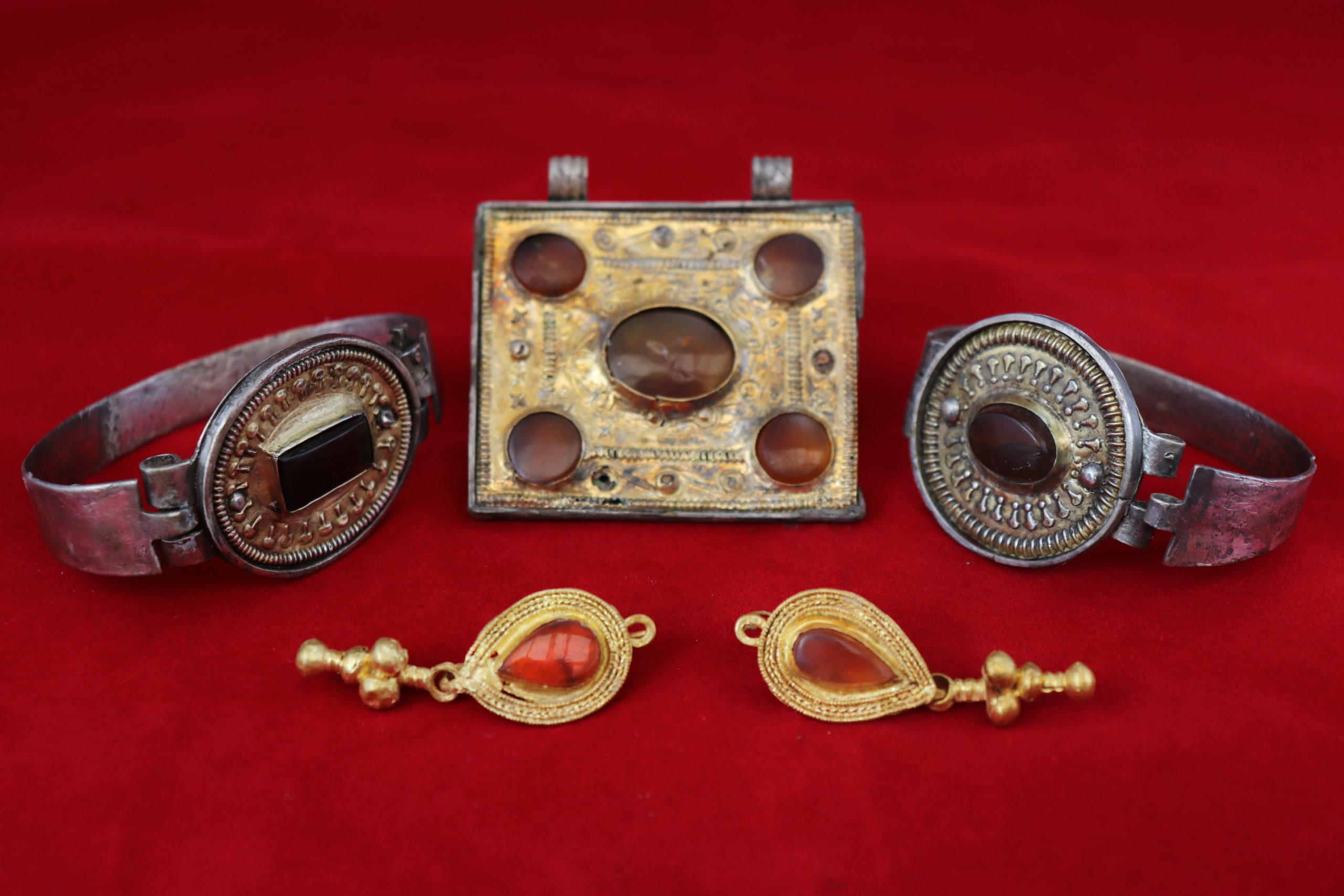 На раскопках в Крыму нашли редчайшую коллекцию украшений III века