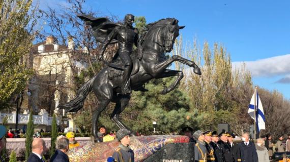 Памятнику Котляревскому в Феодосии вернули отломанную саблю