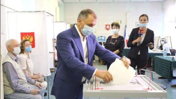 Константинов проголосовал на избирательном участке в посёлке Научный