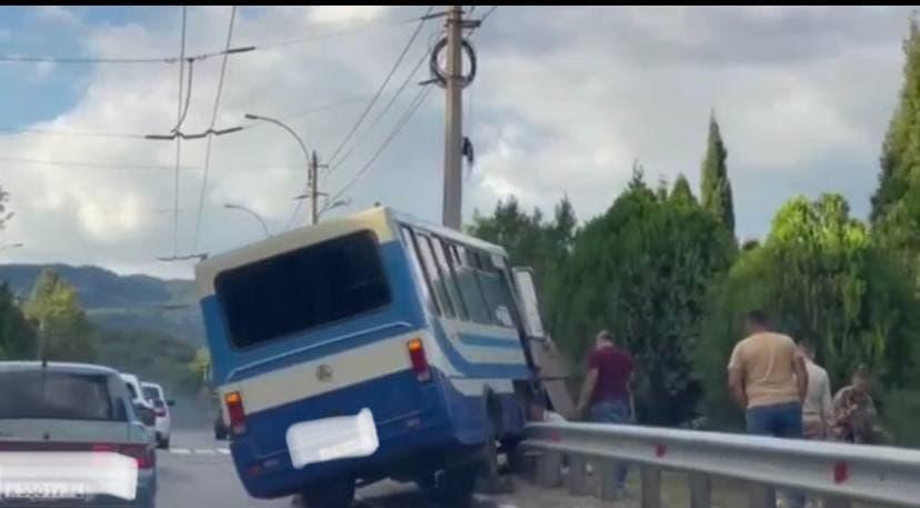 В районе Верхней Кутузовки под Алуштой рейсовый автобус влетел в отбойник