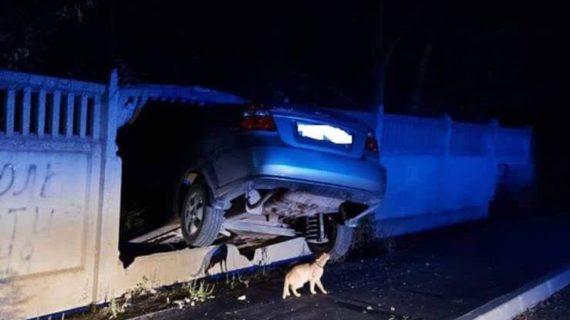 В Советском районе Крыма машина влетела в бетонный забор и застряла