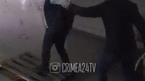 На улице Бородина в Симферополе снова затопило подземный переход. ВИДЕО