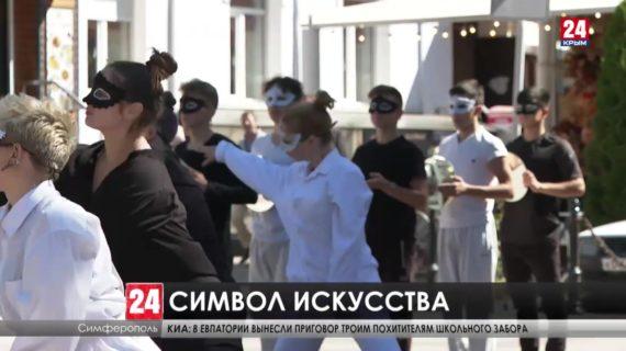В центре Симферополя открыли инсталляцию к 200-летнему юбилею Крымского драматического театра