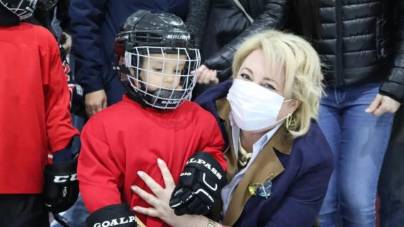 Власти Ялты подарили юным хоккеистам 20 комплектов формы