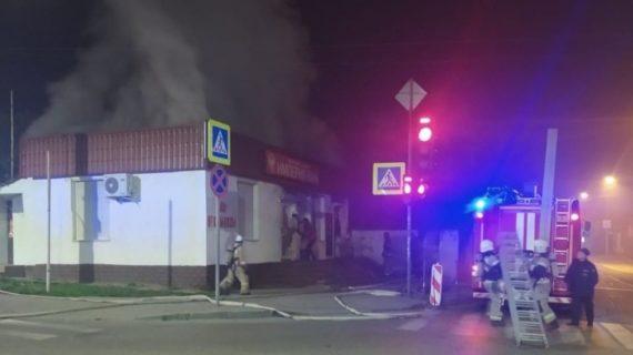 Утром в Симферополе загорелся продуктовый магазин