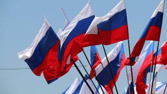 Путин поручил рассмотреть вопрос об использовании в школах государственной символики