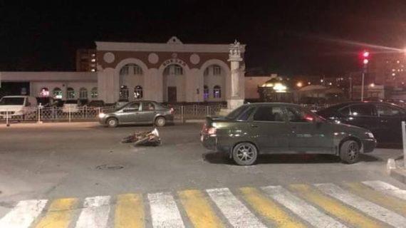В Евпатории возле ЖД вокзала мопед врезался в легковушку